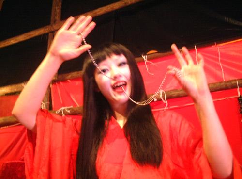 靖国神社みたままつり蛇女チェーン